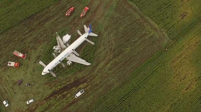 Владимир Путин присвоил звания Героев России пилотам совершившего аварийную посадку A321 в Жуковском