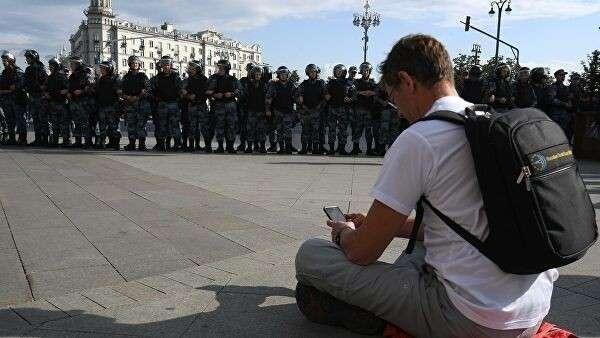 Участник несанкционированной акции в поддержку незарегистрированных кандидатов в Мосгордуму