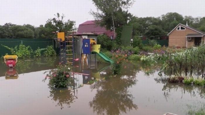 Тайфун «Кроса» ударил по Сахалину, МЧС просит не покидать пределы населенных пунктов