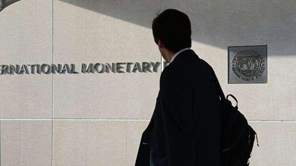 Мужчина у здания Международного валютного фонда в Вашингтоне