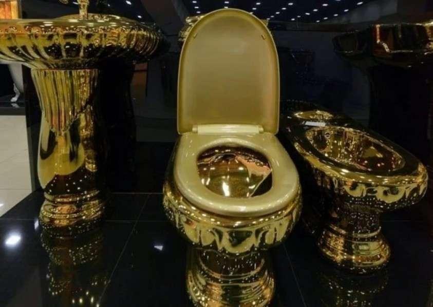Золотой унитаз на золотом Хайлендере против митингов в Москве