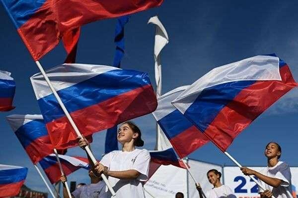 Участницы торжественного мероприятия, посвященного празднованию Дня государственного флага Российской Федерации, на площади Маркса в Новосибирске