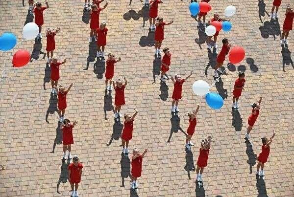 Участники торжественного мероприятия, посвященного празднованию Дня государственного флага Российской Федерации, на площади возле исторического парка Россия – Моя история в Ростове-на-Дону