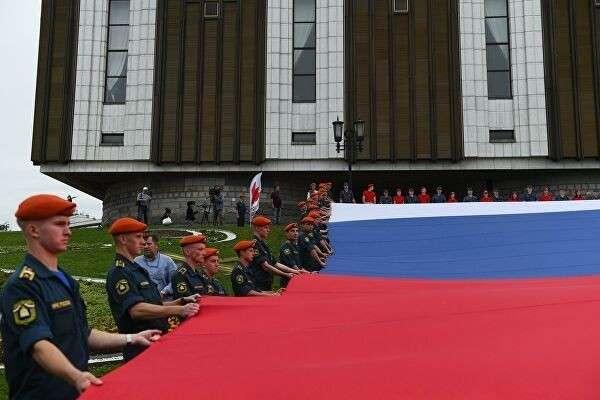 Флешмоб в честь Дня государственного флага России на площади Парка Победы на Поклонной горе