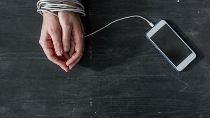 В Китае ребенок, заработал косоглазие из-за зависимости от смартфона