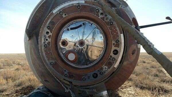 Капсула с членами основного экипажа МКС-57/58 космонавтом Роскосмоса Алексеем Овчининым и астронавтом NASA Ником Хейгом после аварийной посадки в степи Казахстана