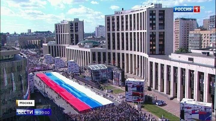 В Москве на проспект Сахарова вышло более 100 тысяч человек отметить День российского флага