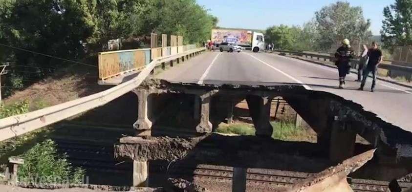 На Украине продолжают разваливаться мосты, на этот раз в Харькове обрушился автомобильный