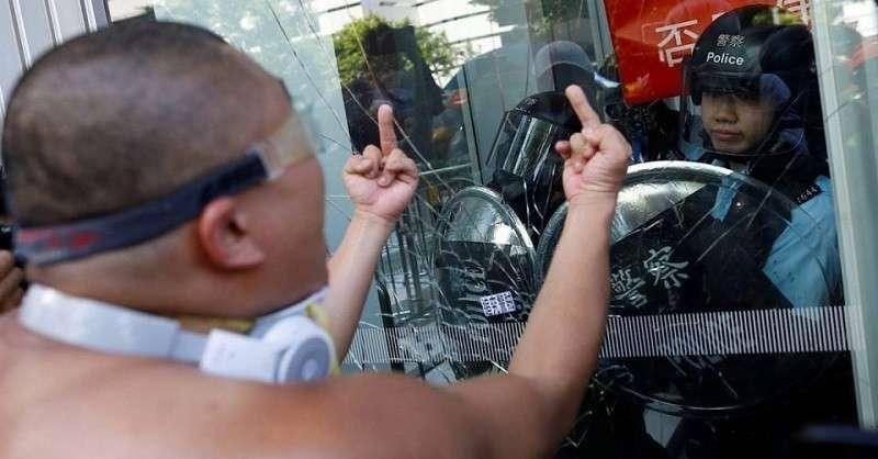 Китай готов подавить бунт в Гонконге. Уровень насилия приобретает пугающие масштабы