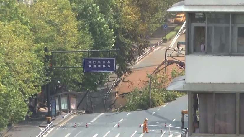 Китай. Момент обрушения дороги попал на видео