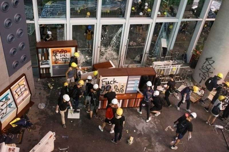Протестующие в Гонконге начали бросать в полицию «коктейли Молотова»