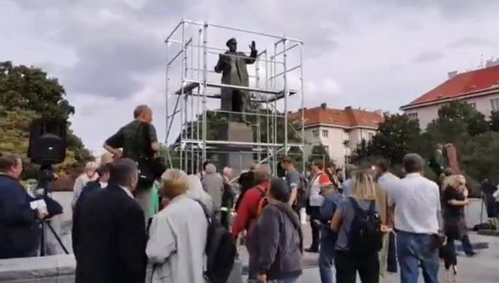 В Праге прошел митинг против демонтажа и закрытия брезентом памятника маршалу Советского Союза Ивану