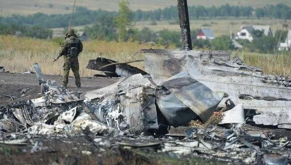 Обломки малайзийского Boeing 777 в районе деревни Грабово недалеко от Шахтерска в Донецкой области. Архивное фото