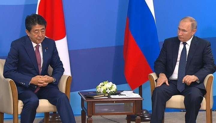 Владимир Путин встретился на ВЭФ с японским премьером Абэ