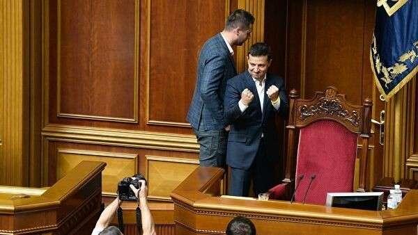 Президент Украины Владимир Зеленский во время заседания Верховной рады в Киеве