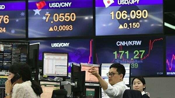 Дилеры следят за курсом валют в Сеуле. 6 августа 2019