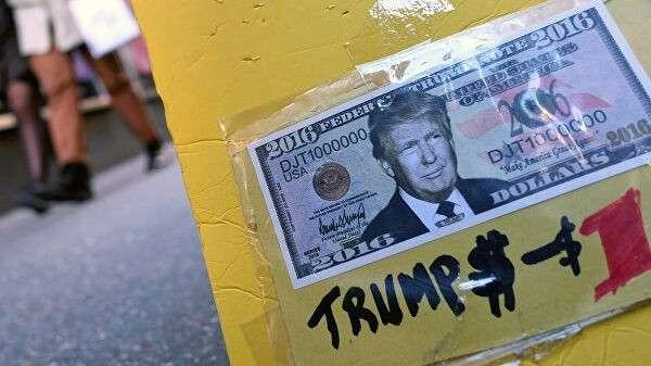 Сувенирная купюра американского доллара с портретом Дональда Трампа