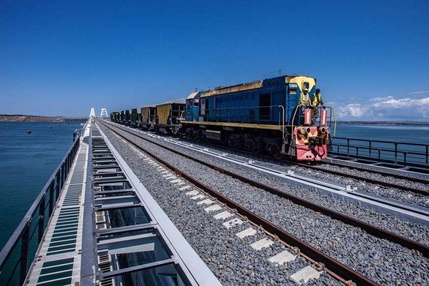 Для Крымской железной дороги закупили 166 вагонов и 10 локомотивов