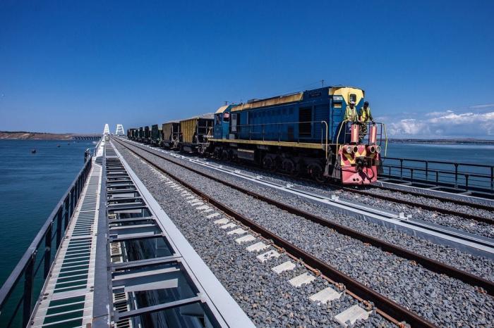 Для Крымской железной дороги закупили 10 локомотивов и 166 пассажирских вагонов