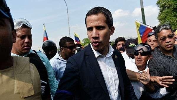 Лидер оппозиции Хуан Гуаидо, провозгласивший себя временным президентом Венесуэлы, на шоссе Франсиско Фахардо в Каракасе