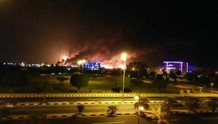 В Саудовской Аравии горит крупнейший в мире нефтеперерабатывающий завод