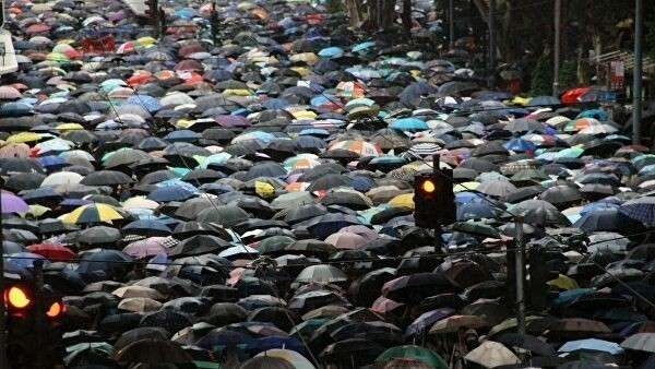 Участники акции протеста в Гонконге.