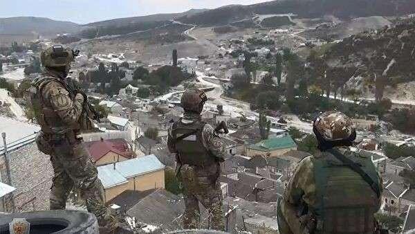 Сотрудники правоохранительных органов в одном из сел Дагестана