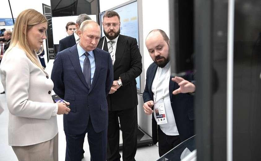 В ходе осмотра выставочной зоны «Конструкторское бюро АСИ». С генеральным директором Агентства стратегических инициатив Светланой Чупшевой.