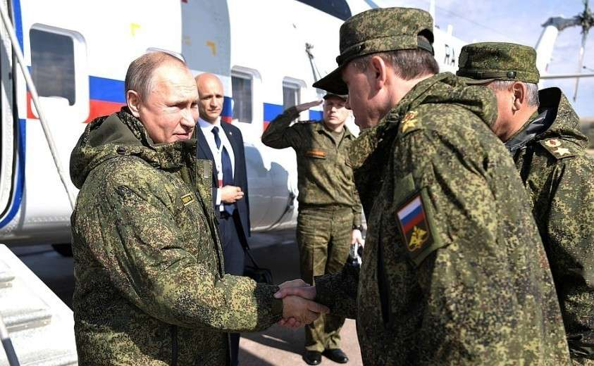 Владимир Путин прибыл на полигон «Донгуз». С начальником Генерального штаба Вооружённых Сил, Первым заместителем Министра обороны Валерием Герасимовым.