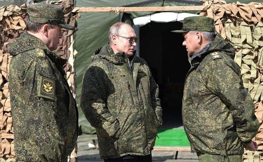 На полигоне «Донгуз». С Министром обороны Сергеем Шойгу (справа) и начальником Генерального штаба Вооружённых Сил, Первым заместителем Министра обороны Валерием Герасимовым.