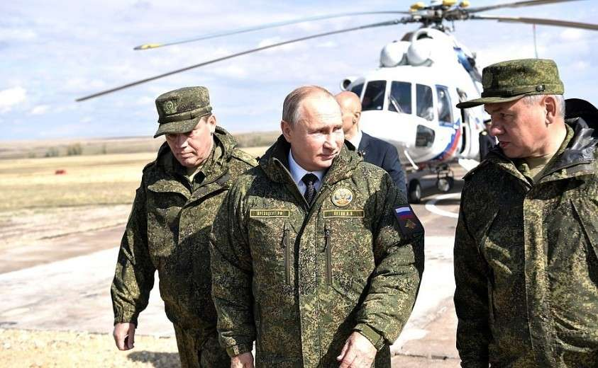 Владимир Путин прибыл на полигон «Донгуз». С Министром обороны Сергеем Шойгу (справа) и начальником Генерального штаба Вооружённых Сил, Первым заместителем Министра обороны Валерием Герасимовым.