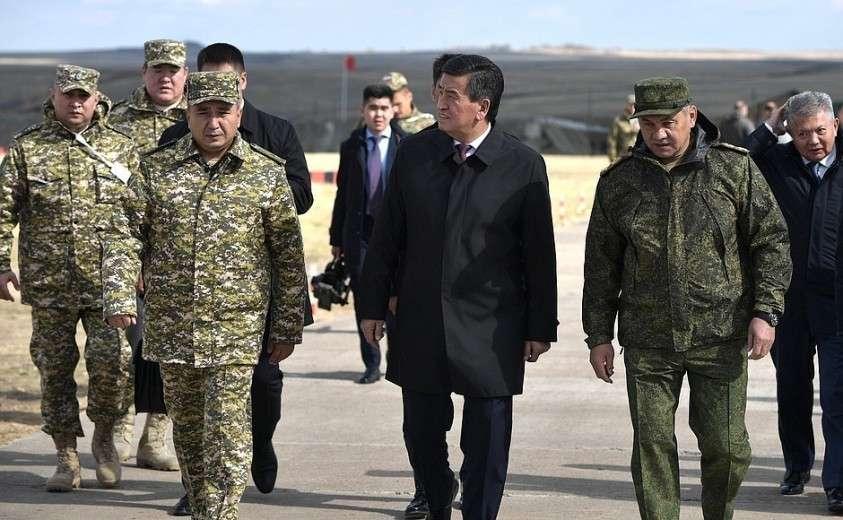 Президент Киргизии Сооронбай Жээнбеков и Министр обороны Сергей Шойгу (справа) на полигоне «Донгуз».