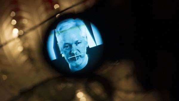 Основатель WikiLeaks Джулиан Ассанж во время видеобращения. 4 октября 2016
