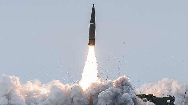 Пуск баллистической ракеты оперативно-тактического ракетного комплекса Искандер-М