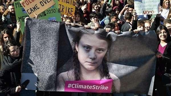 Сторонники шведской активистки Греты Тунберг во время акции против изменения климата в Риме