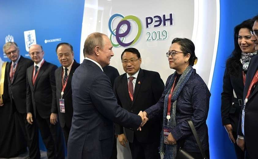 Перед началом встречи с главами профильных ведомств и международных организаций в сфере энергетики.