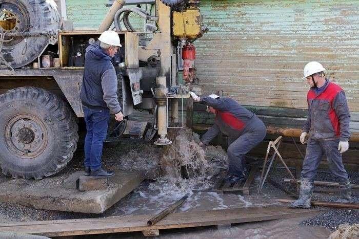 В Белозерске «Адская» скважина затягивает дом под землю и разоряет город