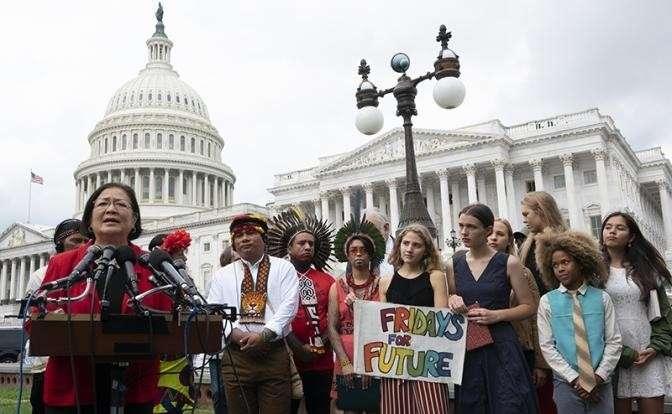 На фото: Грета Тунберг приняла участие в пресс-конференции и заседании целевой группы Сената США по изменению климата