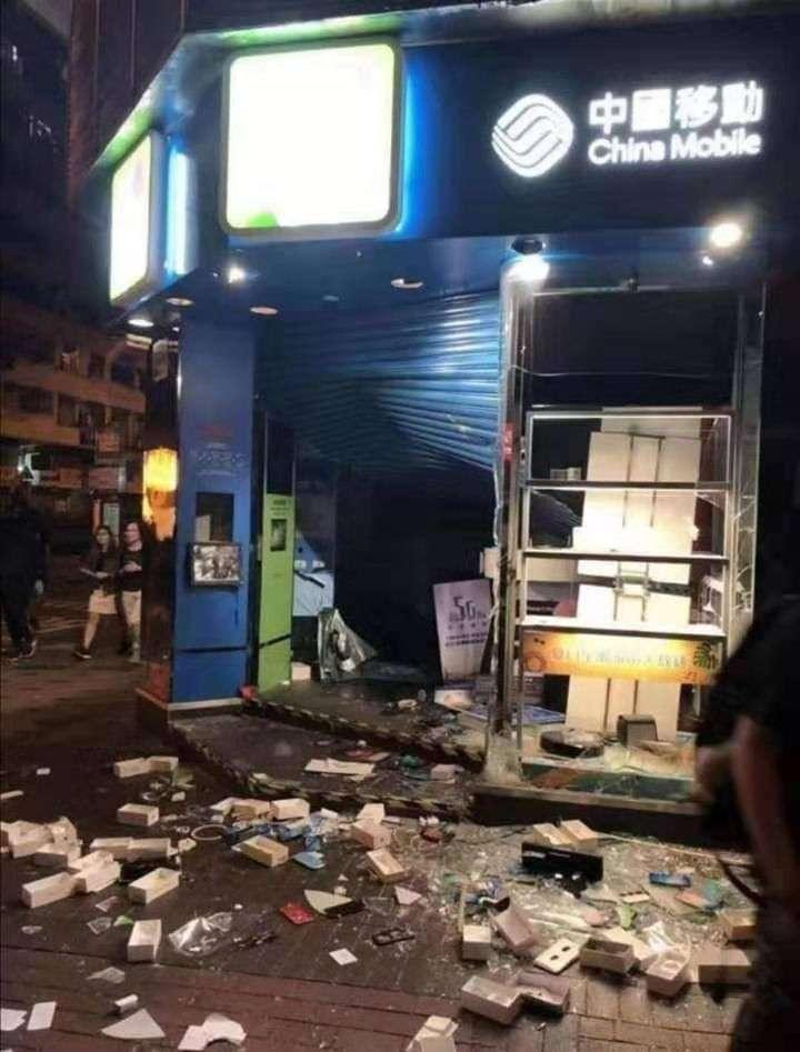 Гонконг пылает: десятки раненых, закрыто метро, банки и торговые центры