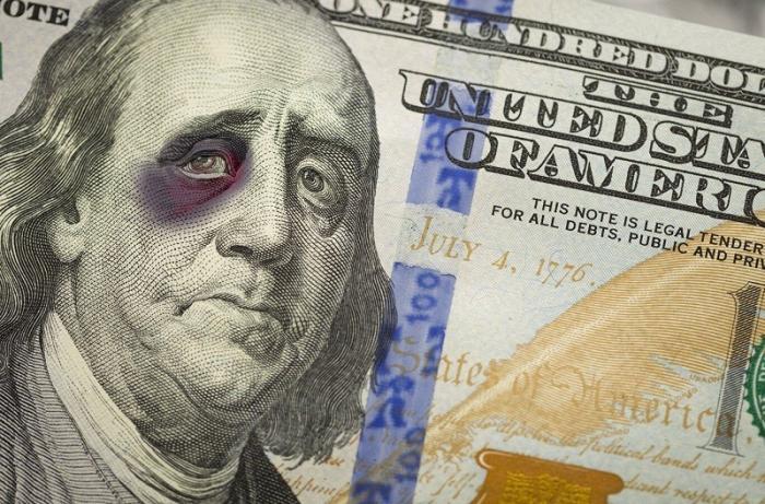 Банкиры предупреждают о возможном самоубийстве валюты США