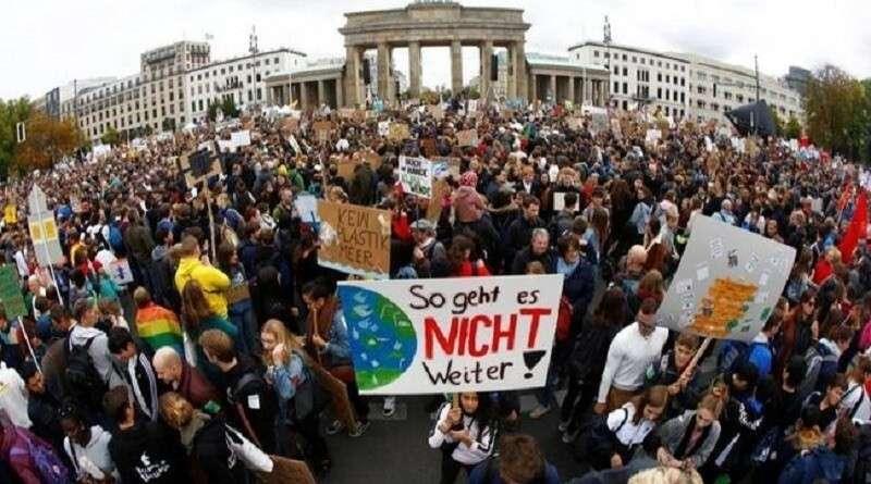 Климатические активисты заблокировали центр Амстердама и Берлина
