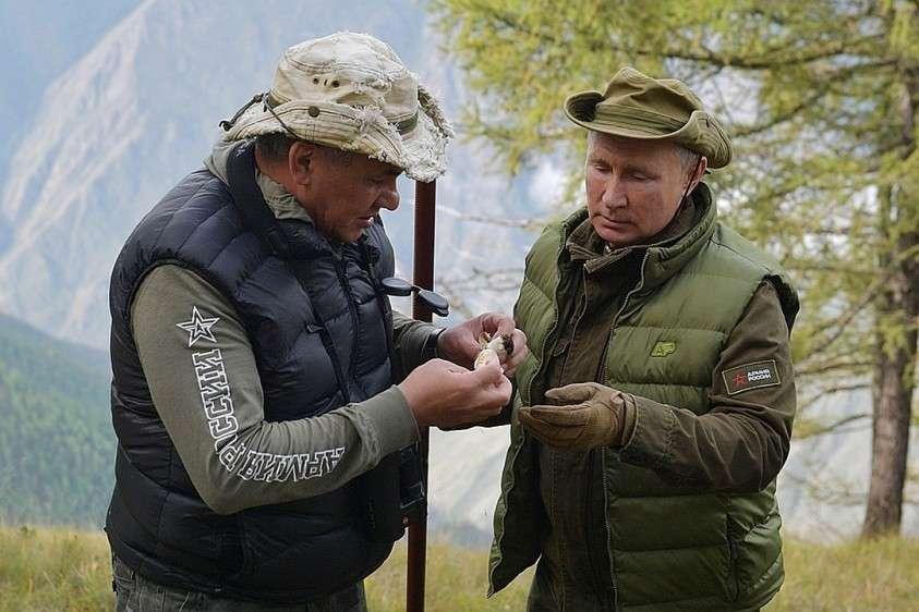 – И шишка сверху, – протянул Путин Шойгу поднятый гриб, на котором действительно примостилась маленькая шишка. Фото: Алексей Дружинин/ТАСС