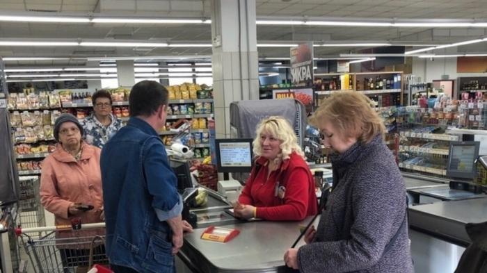 Обман в супермаркетах поставлен на поток: отмывают 3-дневные салаты и тайком пробивают икру