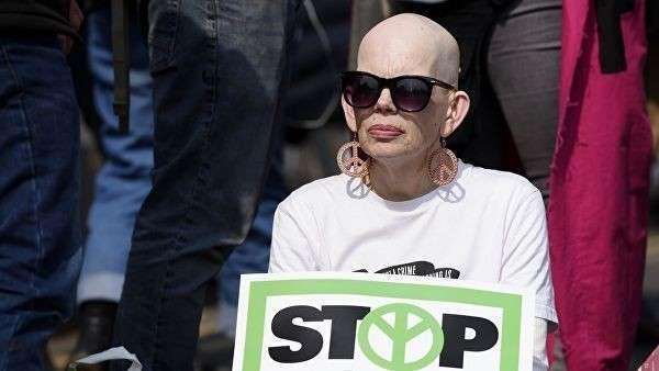 Участница акции протеста в Лондоне против загрязнения окружающей среды. Организатором протестов является экологическая организация Extinction Rebellion. 17 апреля 2019