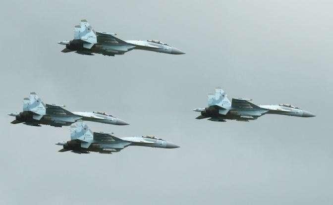 На фото: истребители Су-35