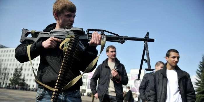 Школьники Донбасса взяли в руки оружие, чтобы защищать Родину