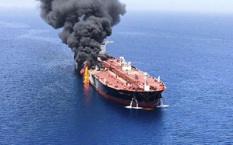 На иранском танкере Sanitized устроена диверсия. Корабль горит