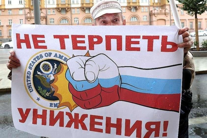 Участник митинга КПРФ против враждебных действий американского руководства в отношении России у посольства США в Москве. Фото Вячеслав Прокофьев/ТАСС