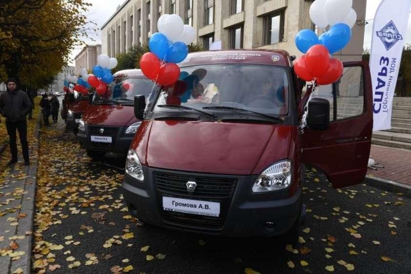 Семи многодетным семьям из Ленобласти вручили ключи от микроавтобусов