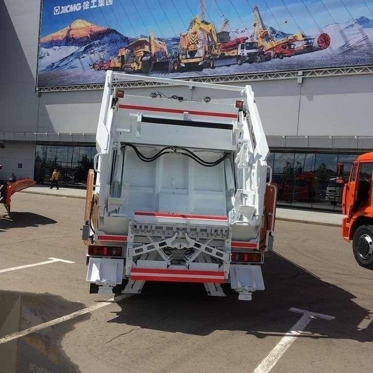 Новый мусоровоз российского производства с электродвигателем на шасси КАМАЗ